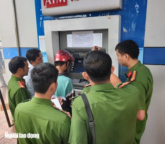 [Clip] Nhóm người Trung Quốc gắn thiết bị điện tử vào máy ATM đánh cắp mật khẩu, rút tiền - Ảnh 2.