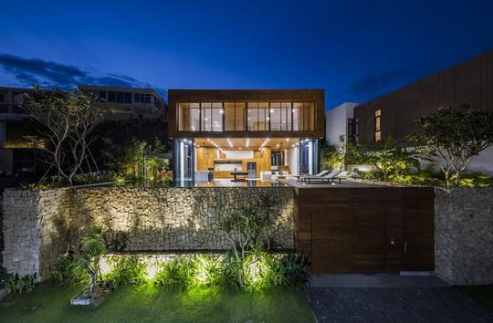 Nhà gỗ kính trác tuyệt hướng trọn ra biển Nha Trang, nhìn mê liền - Ảnh 2.