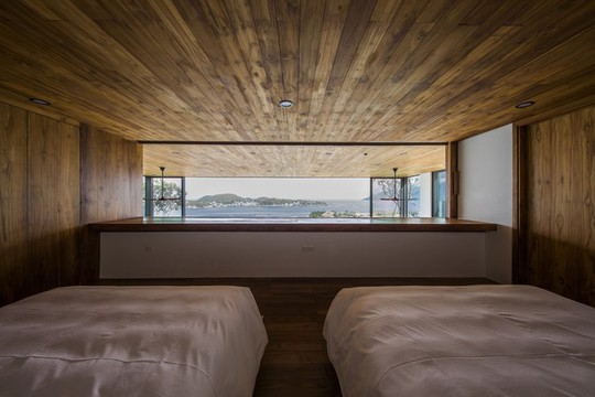 Nhà gỗ kính trác tuyệt hướng trọn ra biển Nha Trang, nhìn mê liền - Ảnh 6.