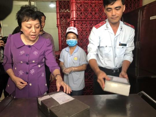 Kiểm tra vệ sinh an toàn thực phẩm các cơ sở cung cấp suất ăn cho công nhân - Ảnh 2.
