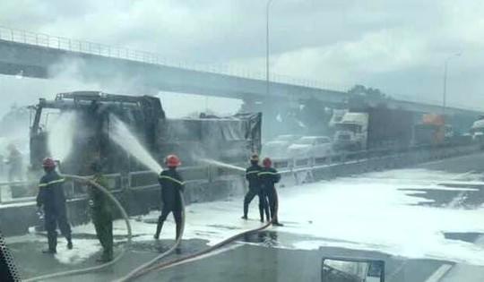 [CLIP] - Hiện trường xe ben bùng cháy dữ dội trên xa lộ Hà Nội - Ảnh 3.
