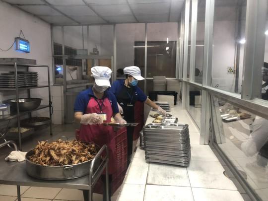 Kiểm tra vệ sinh an toàn thực phẩm các cơ sở cung cấp suất ăn cho công nhân - Ảnh 3.