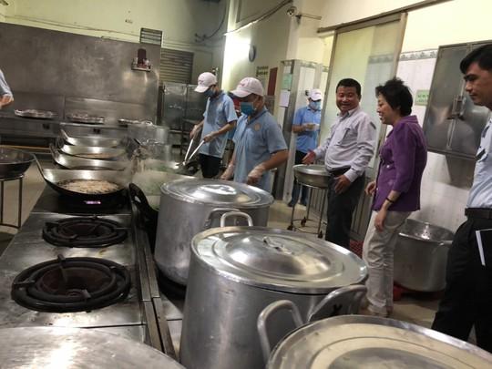 Kiểm tra vệ sinh an toàn thực phẩm các cơ sở cung cấp suất ăn cho công nhân - Ảnh 1.