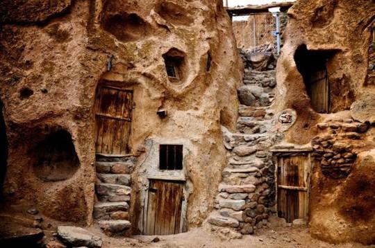 Kiến trúc hang động độc nhất vô nhị trong ngôi làng cổ bằng đá - Ảnh 2.