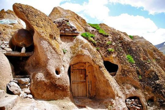 Kiến trúc hang động độc nhất vô nhị trong ngôi làng cổ bằng đá - Ảnh 3.