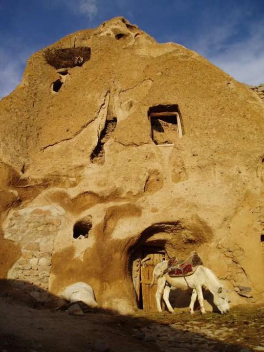 Kiến trúc hang động độc nhất vô nhị trong ngôi làng cổ bằng đá - Ảnh 10.