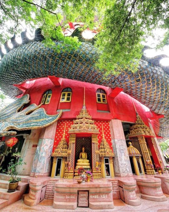 Bí ẩn đằng sau ngôi chùa hồng có rồng khổng lồ quấn quanh - Ảnh 2.