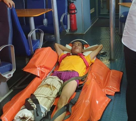 Điều tàu vượt sóng cứu thuyền viênTrung Quốc bị nạn - Ảnh 2.