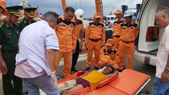 Điều tàu vượt sóng cứu thuyền viênTrung Quốc bị nạn - Ảnh 3.