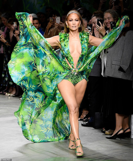 "Jennifer Lopez hở ""tứ bề"" trên sàn catwalk - Ảnh 5."