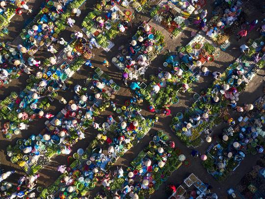 Chợ chồm hổm chỉ bán thứ của nhà trồng được - Ảnh 1.