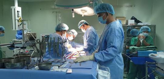 Bác sĩ tiết lộ lý do 2 bệnh nhân tim mạch nặng được cứu sống trong 1 ngày - Ảnh 1.