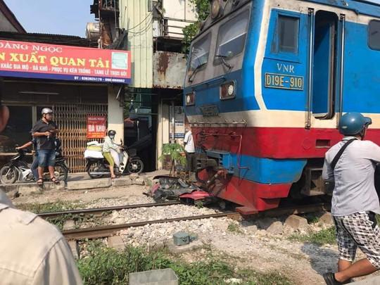 Điều khiển xe máy qua đường ray, thanh niên 18 tuổi bị tàu tông tử vong - Ảnh 1.
