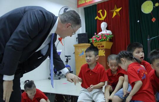 Đại sứ Mỹ múa lân, nặn bánh trung thu cùng trẻ em khuyết tật - Ảnh 5.