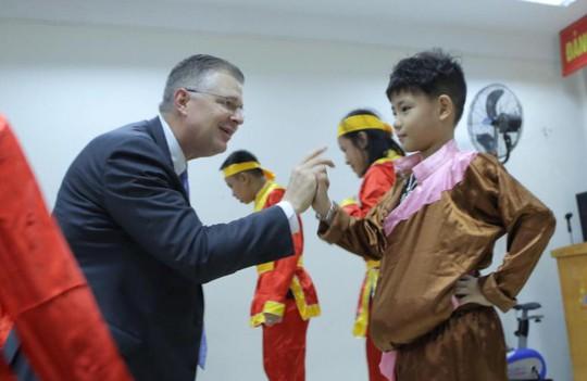 Đại sứ Mỹ múa lân, nặn bánh trung thu cùng trẻ em khuyết tật - Ảnh 7.