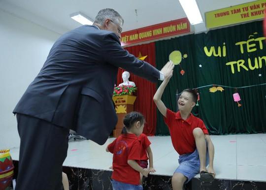 Đại sứ Mỹ múa lân, nặn bánh trung thu cùng trẻ em khuyết tật - Ảnh 6.