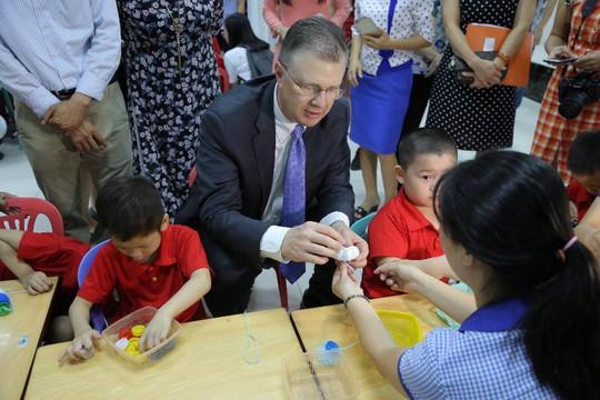 Đại sứ Mỹ múa lân, nặn bánh trung thu cùng trẻ em khuyết tật - Ảnh 14.