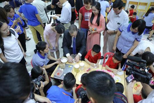 Đại sứ Mỹ múa lân, nặn bánh trung thu cùng trẻ em khuyết tật - Ảnh 13.