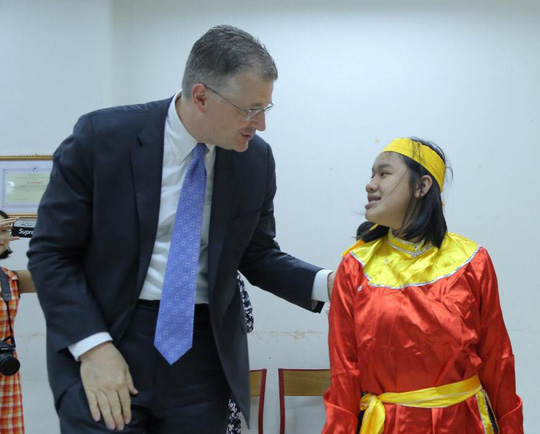 Đại sứ Mỹ múa lân, nặn bánh trung thu cùng trẻ em khuyết tật - Ảnh 10.