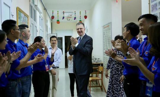Đại sứ Mỹ múa lân, nặn bánh trung thu cùng trẻ em khuyết tật - Ảnh 2.