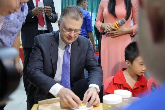 Đại sứ Mỹ múa lân, nặn bánh trung thu cùng trẻ em khuyết tật - Ảnh 15.