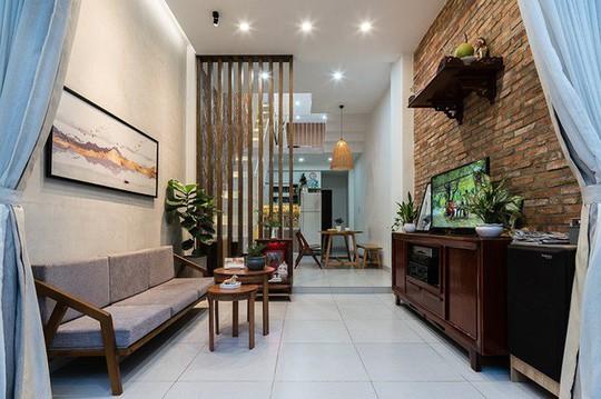 Ngôi nhà nằm sâu trong hẻm ở Sài Gòn đẹp ngỡ ngàng - Ảnh 4.
