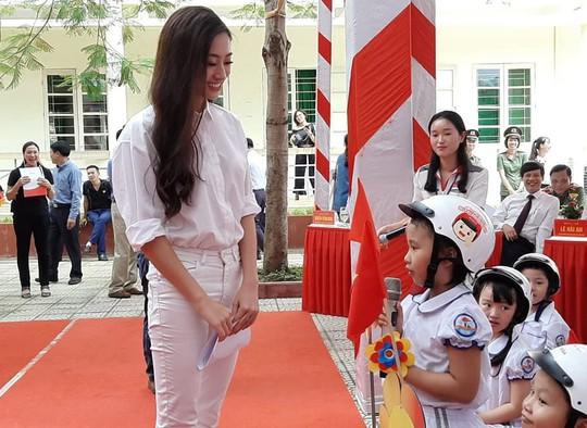 Hoa hậu Lương Thùy Linh trao mũ bảo hiểm cho học sinh trong ngày khai giảng - Ảnh 9.
