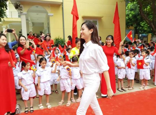 Hoa hậu Lương Thùy Linh trao mũ bảo hiểm cho học sinh trong ngày khai giảng - Ảnh 4.