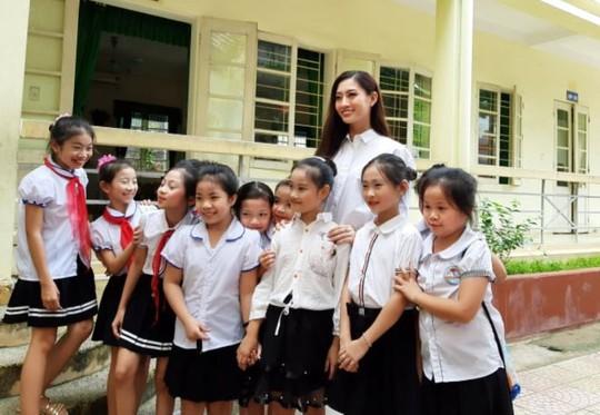 Hoa hậu Lương Thùy Linh trao mũ bảo hiểm cho học sinh trong ngày khai giảng - Ảnh 13.
