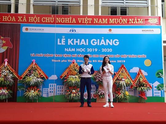 Hoa hậu Lương Thùy Linh trao mũ bảo hiểm cho học sinh trong ngày khai giảng - Ảnh 6.