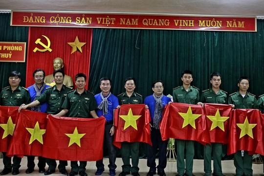Báo Người Lao Động trao 300 lá cờ Tổ quốc đến Đồn Biên phòng Đàm Thủy, tỉnh Cao Bằng - Ảnh 2.