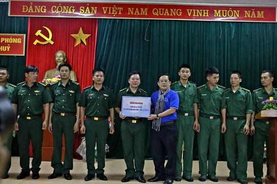 Báo Người Lao Động trao 300 lá cờ Tổ quốc đến Đồn Biên phòng Đàm Thủy, tỉnh Cao Bằng - Ảnh 3.
