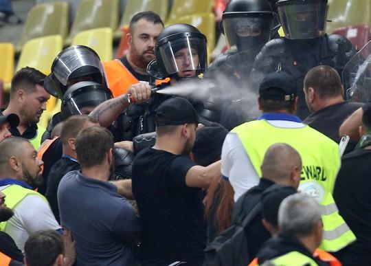 Thẻ đỏ oan nghiệt, tuyển Tây Ban Nha hút chết tại Romania - Ảnh 2.
