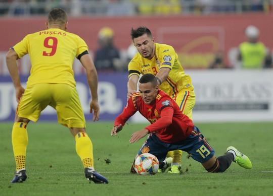 Thẻ đỏ oan nghiệt, tuyển Tây Ban Nha hút chết tại Romania - Ảnh 3.