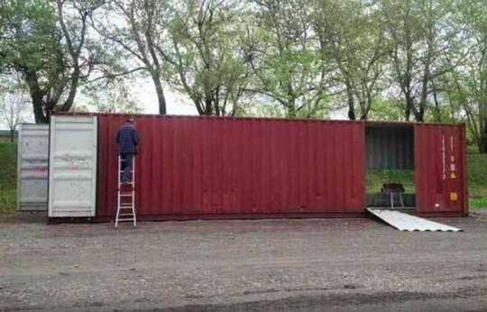 Mua bốn chiếc container để xây dựng một ngôi nhà độc đáo - Ảnh 1.