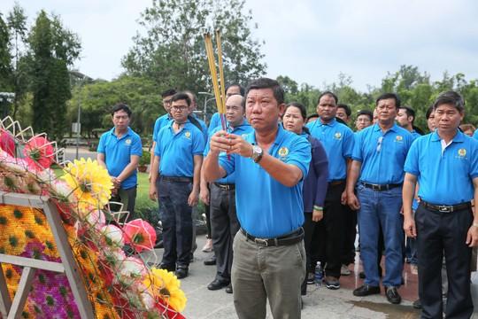 LĐLĐ TP HCM dâng hương Đài tưởng niệm Nghĩa trang Hàng Dương - Ảnh 2.