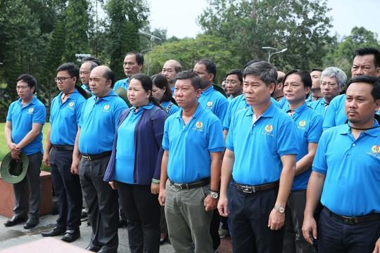 LĐLĐ TP HCM dâng hương Đài tưởng niệm Nghĩa trang Hàng Dương - Ảnh 1.