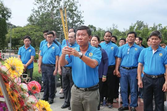 Đoàn về nguồn LĐLĐ TP HCM dâng hương Đài tưởng niệm tại Nghĩa trang Hàng Dương - Ảnh 1.