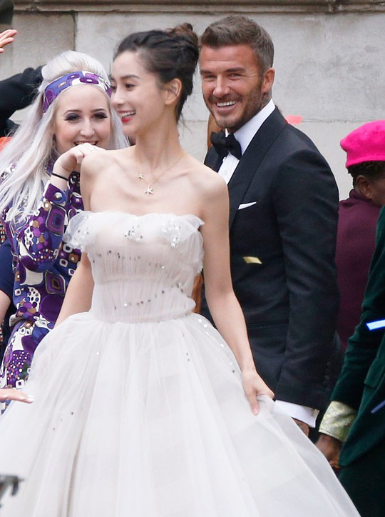 David Beckham cưới người mẫu Angela, bà Beck Victoria ngó lơ - Ảnh 1.