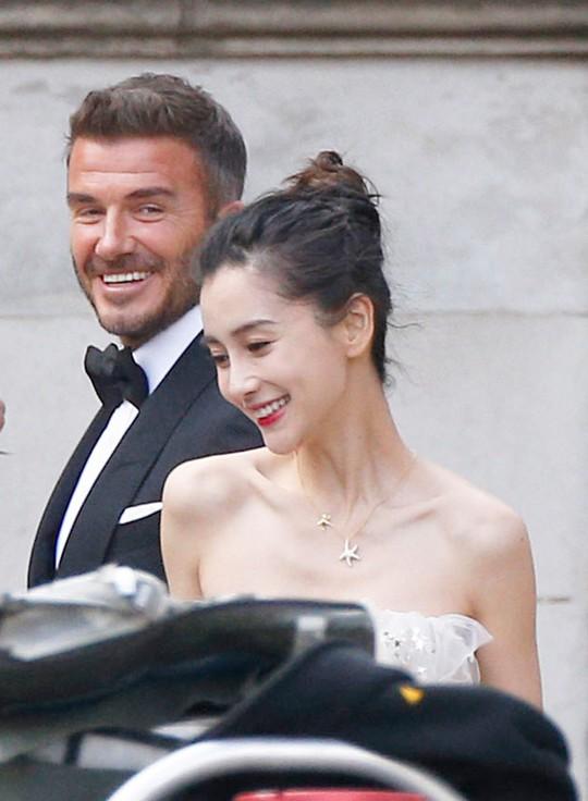 David Beckham cưới người mẫu Angela, bà Beck Victoria ngó lơ - Ảnh 2.
