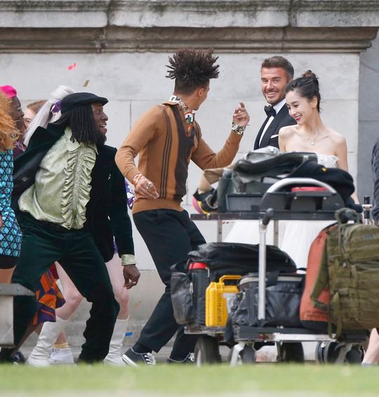 David Beckham cưới người mẫu Angela, bà Beck Victoria ngó lơ - Ảnh 4.