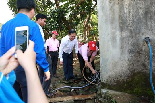 C.P. Việt Nam sẻ chia khó khăn với người dân bản làng Kà Nâu - Ảnh 1.