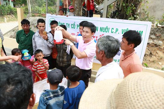 C.P. Việt Nam sẻ chia khó khăn với người dân bản làng Kà Nâu - Ảnh 2.