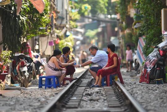 Một ngày ở xóm du lịch đặc biệt nhất Hà Nội - Ảnh 3.