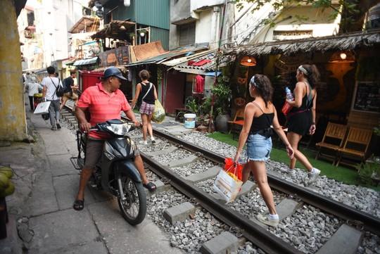 Một ngày ở xóm du lịch đặc biệt nhất Hà Nội - Ảnh 24.