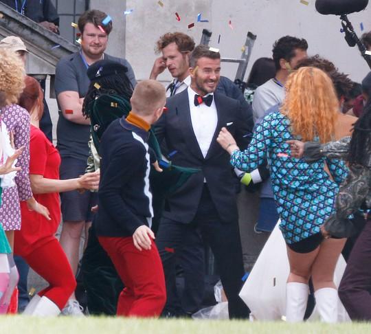 David Beckham cưới người mẫu Angela, bà Beck Victoria ngó lơ - Ảnh 3.