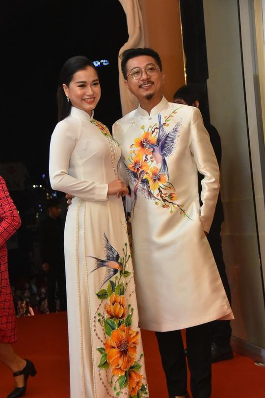 Vợ chồng Lâm Vỹ Dạ lao vào vòng tay fan mừng Mai Vàng - Ảnh 2.