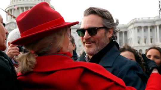 Joker Joaquin Phoenix bị cảnh sát bắt giữ - Ảnh 1.