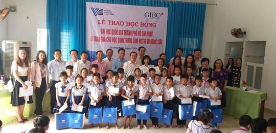 Trao hơn 100 suất học bổng và quà cho học sinh Trung tâm Võ Hồng Sơn - Ảnh 4.