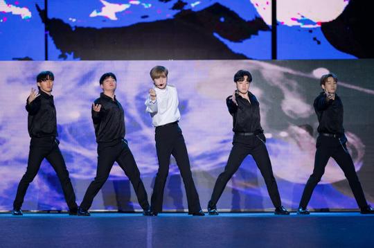 Khán giả Hà Nội phát cuồng với các thần tượng Kpop - Ảnh 1.